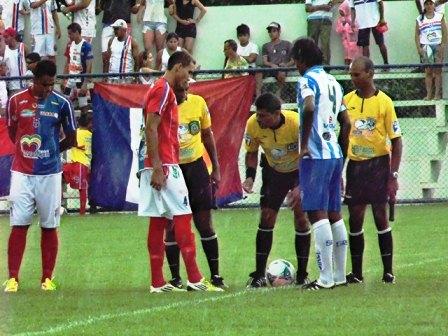 Árbitro orienta os jogadores de Fast e São Raimundo (crédito: fastclube.com.br)