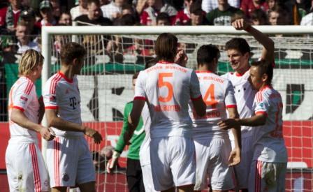 Jogadores comemoram mais um gol na partida (crédito: Getty Images)