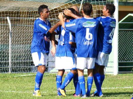 Jogadores penarolenses comemoram um dos gols na partida (crédito: Marcos Mendonça/Penarol.com.br)